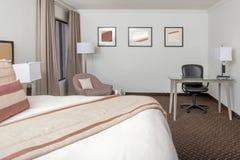 Sala do recurso do hotel com uma cama enorme fotografia de stock royalty free