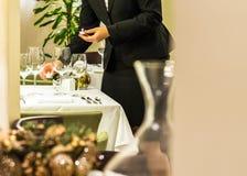 Sala do restaurante estabelecida para a refeição festiva de jantar fina imagens de stock