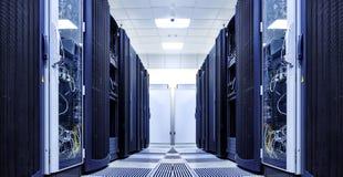 Sala do servidor com equipamento moderno no centro de dados preto e branco Foto de Stock Royalty Free