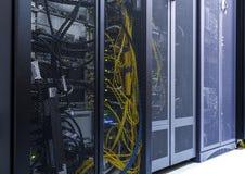 Sala do servidor de rede com os computadores para comunicações digitais e o Internet, centro de dados moderno fotografia de stock royalty free