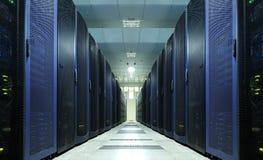 Sala do servidor de rede com os computadores para comunicações digitais e o Internet, conceito abstrato dos dados, imagem de stock royalty free
