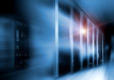A sala do servidor na obscuridade, com azul coloriu o movimento das luzes Imagens de Stock Royalty Free