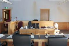 Sala do tribunal com bancos e suporte imagem de stock royalty free