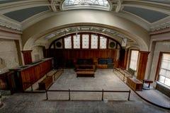 Sala do tribunal histórica com a claraboia de vidro da abóbada - tribunal abandonado fotos de stock royalty free