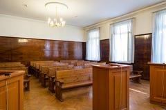 Sala do tribunal vazia com bancos de madeira Fotos de Stock