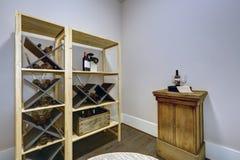 Sala do vinho com as cremalheiras do vinho e a tabela de madeira da degustação de vinhos Imagem de Stock Royalty Free