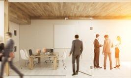 Sala entrando do homem com colegas da sessão de reflexão Fotos de Stock