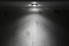 Sala escura com luz do ponto Fotografia de Stock Royalty Free