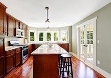 Sala espaçoso da cozinha com porta francesa e ilha Fotografia de Stock