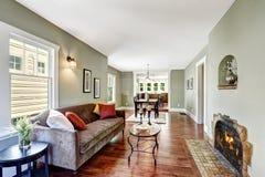 Sala espaçoso da hortelã clara com chaminé Imagens de Stock Royalty Free