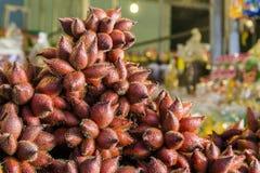 Sala frukt i thailändskt shoppar Arkivfoto