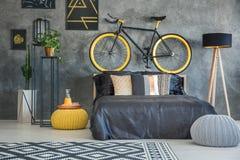 Sala funcional com bicicleta imagem de stock
