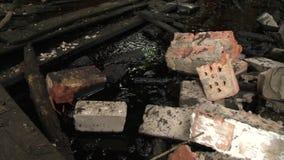 Sala industrial abandonada da casa poluída com produtos químicos e sobras do óleo video estoque
