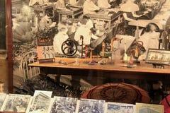 A sala interessante encheu-se com a história de guarda-chuvas adiantados, museu da indústria, Maryland de Baltimore, 2017 fotografia de stock royalty free