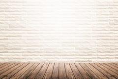 Sala interior com parede de tijolo e o assoalho de madeira foto de stock