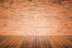 Sala interior velha com parede de tijolo e assoalho da madeira foto de stock royalty free
