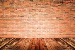 Sala interior velha com parede de tijolo e assoalho da madeira Fotos de Stock