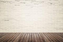 Sala interior velha com parede de tijolo e assoalho da madeira fotografia de stock royalty free