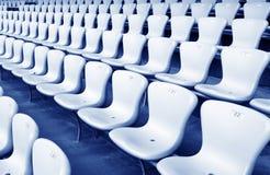 Sala konferencyjnych krzesła w półmroku i stoły Zdjęcie Royalty Free