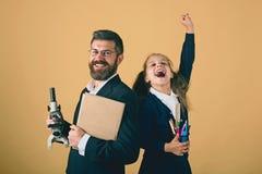 Sala lekcyjna i alternatywy edukaci poj?cie Dzieciaka i tata chwyta mikroskop obrazy royalty free