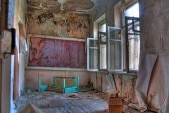 Sala lekcyjna w zaniechanej i przegniłej wiejskiej szkole Fotografia Royalty Free