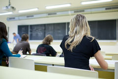 sala lekcyjnej szkoła wyższa żeński siedzący uczeń Zdjęcia Stock