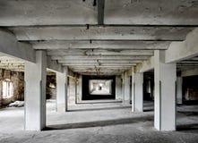 Sala longa com colunas grossas Fotos de Stock