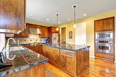 Sala luxuosa da cozinha com ilha Fotos de Stock Royalty Free