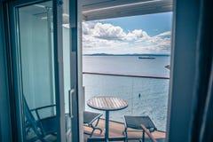 Sala luxuosa do navio de cruzeiros brilhante com opinião do balcão fotografia de stock
