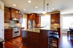 Sala moderna da cozinha com armários de carvalho Fotos de Stock