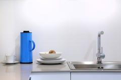Sala moderna da cozinha com kitchenware e utensílio no contador Fotografia de Stock