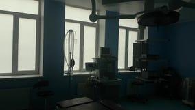 Sala moderna vazia da cirurgia Sala de operações com equipamento médico moderno Nenhuns povos vídeos de arquivo