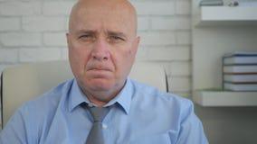 Sala nervosa e desapontado de Image Interior Office do homem de negócios imagens de stock