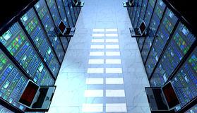 Sala no datacenter, sala do servidor equipada com os servidores de dados Fotos de Stock