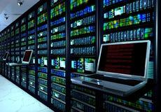 Sala no datacenter, sala do servidor equipada com os servidores de dados Imagens de Stock