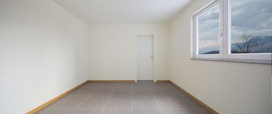 Sala nova, limpa e vazia apenas renovada foto de stock