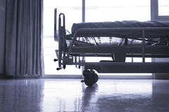 Sala padrão do VIP do hospital com camas e o equ médico confortável imagem de stock royalty free