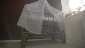 Sala para o recém-nascido, berço do treinamento video estoque