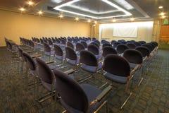 Sala per conferenze con la disposizione dei posti a sedere del teatro Fotografia Stock