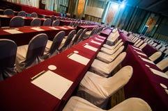 Sala per conferenze vuota con la tavola rossa fotografia stock libera da diritti
