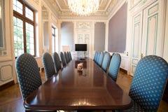 Sala posiedzeń z wygodnymi krzesłami zdjęcia stock