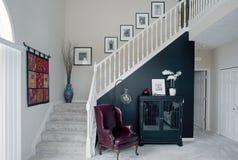 Sala preto e branco com acentos vermelhos fotos de stock royalty free