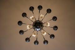 Sala refletida na lâmpada que pendura do teto Imagem de Stock