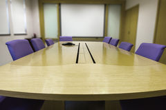 Sala riunioni con la tavola di legno Immagini Stock Libere da Diritti