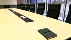Sala riunioni con un libro sulla tavola Fotografia Stock Libera da Diritti