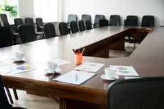Sala riunioni con una grande tavola Fotografia Stock Libera da Diritti