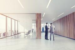 Sala riunioni di vetro e di legno, poltrone, uomini Fotografia Stock Libera da Diritti