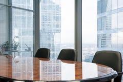 Sala riunioni moderna nell'ufficio immagine stock libera da diritti