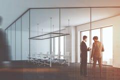 Sala riunioni vetro/metallo dell'ufficio, gente di affari Immagine Stock