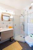 Sala rural pequena do chuveiro e do banho Fotografia de Stock Royalty Free
